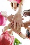 Concepto de la amistad de la unidad de la relación del trabajo en equipo de las muchachas junto Foto de archivo