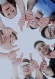 Concepto de la amistad, de la juventud y de la gente - grupo de adolescentes sonrientes con las manos en el top Imagen de archivo libre de regalías