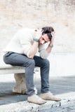 Concepto de la ansiedad Hombre joven con problemas, desesperación Imagen de archivo libre de regalías