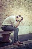Concepto de la ansiedad Hombre joven con problemas, desesperación fotos de archivo