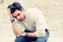 Concepto de la ansiedad Hombre joven con problemas, desesperación Foto de archivo libre de regalías