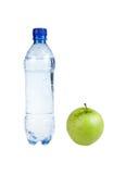 Concepto de la aptitud: Botella con la manzana (aislada) Foto de archivo libre de regalías