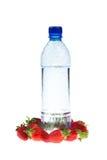 Concepto de la aptitud: Botella con una fresa Imagenes de archivo