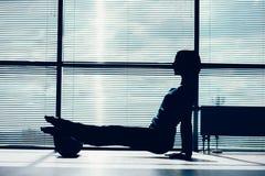 Concepto de la aptitud, del deporte, del entrenamiento y de la forma de vida - mujer que hace el pil Foto de archivo