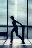 Concepto de la aptitud, del deporte, del entrenamiento y de la forma de vida - mujer que hace pilates en el piso con el contorno  Foto de archivo libre de regalías