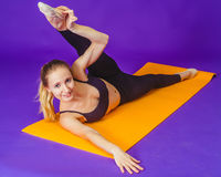 Concepto de la aptitud, del deporte, del entrenamiento y de la forma de vida - mujer sonriente que hace ejercicios en la estera e Fotos de archivo libres de regalías