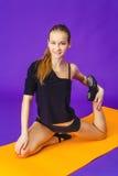 Concepto de la aptitud, del deporte, del entrenamiento y de la forma de vida - mujer sonriente que hace ejercicios en la estera e Imagenes de archivo