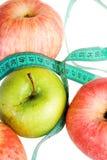 Concepto de la aptitud: Manzanas con la ruleta (aislada) Fotos de archivo libres de regalías