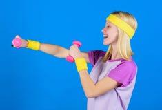 Concepto de la aptitud muchacha que ejercita con pesa de gimnasia Entrenamiento con pesa de gimnasia Ejercicios de la pesa de gim foto de archivo