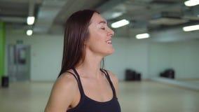 Concepto de la aptitud Mujer morena hermosa que hace ejercicios en el brazo con un barbell almacen de video