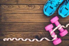Concepto de la aptitud, sano y activo de las formas de vida, pesas de gimnasia, cinta Imagenes de archivo