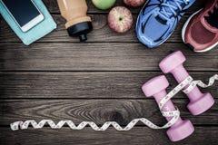 Concepto de la aptitud, sano y activo de las formas de vida, pesas de gimnasia, deporte Fotografía de archivo libre de regalías