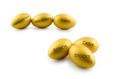 Concepto de la asignación del activo, huevos de oro con los tipos de productos de la inversión financiera foto de archivo