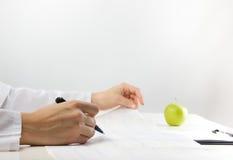 Concepto de la atención sanitaria y de la medicina - doctor con el stethoscop médico foto de archivo