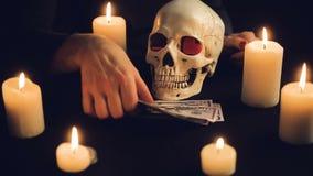 Concepto de la avaricia del dinero con el cráneo humano almacen de video