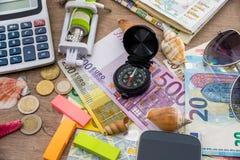 Concepto de la aventura - artículos del viajero con el dinero Foto de archivo libre de regalías