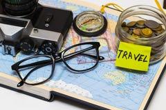 Concepto de la aventura Artículos del viajero en fondo del mapa Imágenes de archivo libres de regalías