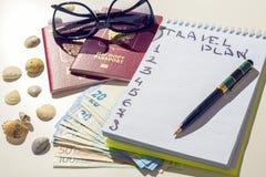 Concepto de la aventura Artículos del viajero en la tabla blanca Vidrios, pasaporte, euros, libreta con la pluma y cáscara Foto de archivo