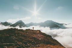 Concepto de la aventura de la forma de vida del viaje del paisaje de las montañas Imagenes de archivo