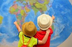 Concepto de la aventura y del viaje Los niños felices están soñando sobre el viaje, vacaciones Foto de archivo libre de regalías