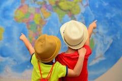 Concepto de la aventura y del viaje Los niños felices están soñando sobre el viaje, vacaciones Fotos de archivo libres de regalías
