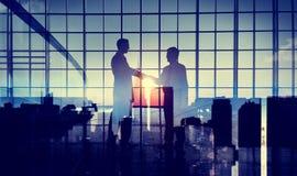 Concepto de la ayuda del compromiso del trato del apretón de manos de los hombres de negocios Imágenes de archivo libres de regalías