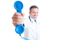 Concepto de la ayuda del teléfono del consultor médico o del hospital Imagen de archivo