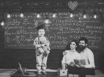 Concepto de la ayuda El niño celebra el oso y la ejecución de peluche Muchacho que presenta su conocimiento a la mamá y al papá N imagen de archivo libre de regalías