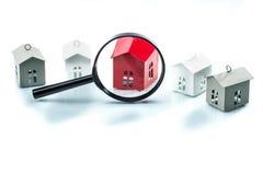 Concepto de la búsqueda de casa, modelo de la casa con magnificar Imagenes de archivo