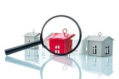 Concepto de la búsqueda de casa, modelo de la casa con magnificar Imagen de archivo