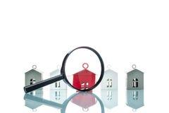 Concepto de la búsqueda de casa, modelo de la casa con magnificar Fotografía de archivo