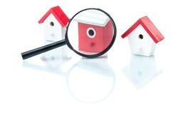Concepto de la búsqueda de casa, modelo de la casa con magnificar Foto de archivo libre de regalías
