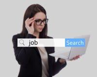 Concepto de la búsqueda de Internet y de trabajo - mujer de negocios joven que usa el revestimiento Fotos de archivo
