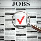 Concepto de la búsqueda de trabajo Lupa, periódico con el advertiseme del empleo Fotografía de archivo