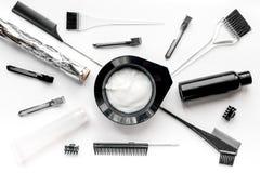 Concepto de la barbería con las herramientas del hairdye en la opinión superior del fondo blanco Fotos de archivo