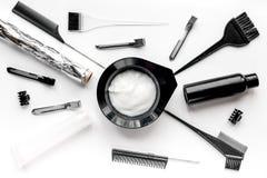 Concepto de la barbería con las herramientas del hairdye en la opinión superior del fondo blanco Fotos de archivo libres de regalías