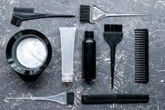 Concepto de la barbería con las herramientas del hairdye en la opinión superior del fondo de Garay Imagen de archivo