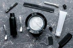 Concepto de la barbería con las herramientas del hairdye en la opinión superior del fondo de Garay Imagenes de archivo
