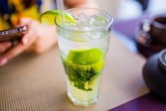 Concepto de la bebida alcoh?lica Mojito con hielo y cal en el cierre de cristal para arriba fotografía de archivo