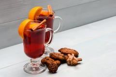Concepto de la bebida del otoño Vidrios con el vino o la bebida reflexionado sobre cerca de las galletas del chocolate en el fond Foto de archivo libre de regalías