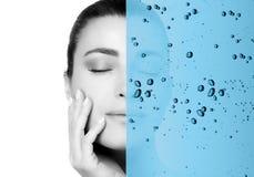 Concepto de la belleza con la capa de hidratación del agua foto de archivo
