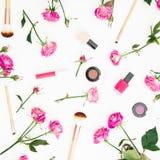 Concepto de la belleza con las flores Composición femenina con las rosas y los cosméticos rosados en el fondo blanco Endecha plan Imágenes de archivo libres de regalías
