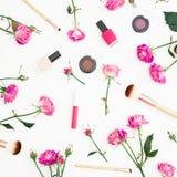 Concepto de la belleza con las rosas y los cosméticos rosados con los accesorios en el fondo blanco Endecha plana, visión superio Imagenes de archivo