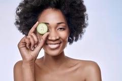 Concepto de la belleza de Skincare con el modelo del africano negro Imagen de archivo libre de regalías
