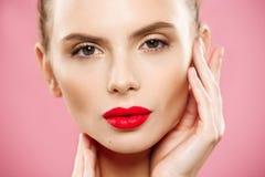 Concepto de la belleza - retrato moreno joven magnífico ascendente cercano de la cara de la mujer Belleza Girl modelo con las cej fotografía de archivo libre de regalías