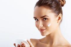 Concepto de la belleza Tomar buen cuidado de su piel Mujer joven atractiva que mira la cámara imagen de archivo