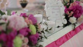 Concepto de la boda Banquete de la boda de la decoración Interior de una decoración del pasillo de la boda lista para las búsqued almacen de video
