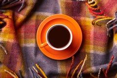Concepto de la buena mañana Atmósfera nacional y casera Taza de té caliente en la sobrecama Composición acogedora con la taza de  foto de archivo libre de regalías