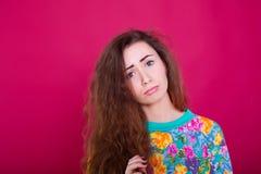 Concepto de la cólera y de la rabia La mujer expresiva joven muestra su mala cara Retrato enfadado nervioso enojado de la muchach Imagen de archivo libre de regalías