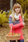 Concepto de la caída - mujer del otoño que sostiene la cesta en parque Fotografía de archivo libre de regalías